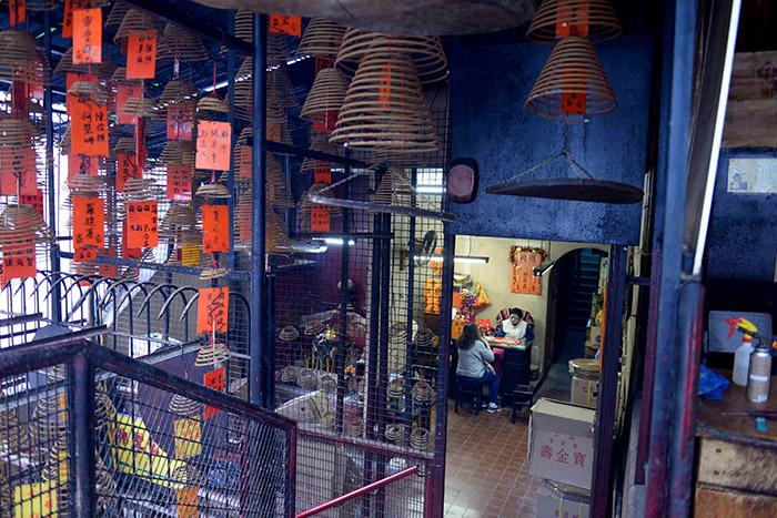 Au sein du temple taoïste Man Mo, construit en 1848 par de riches marchands chinois aux premiers temps de la domination britannique, des diseuses de bonne aventure prédisent l'avenir aux visiteurs.