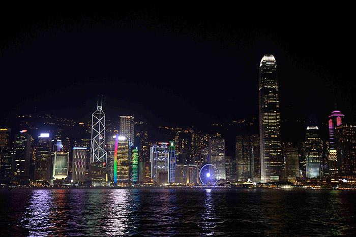 Norman Foster pour le siège de la banque HSBC, I.M. Pei pour celui de la Bank of China : les plus grands architectes ont participé à faire de la skyline de Hong Kong un spectacle sublime ; en particulier le soir, lorsque les touristes prennent le Star Ferry pour rejoindre l'un ou l'autre des hôtels très haut de gamme installés sur la péninsule de Kowloon juste en face.