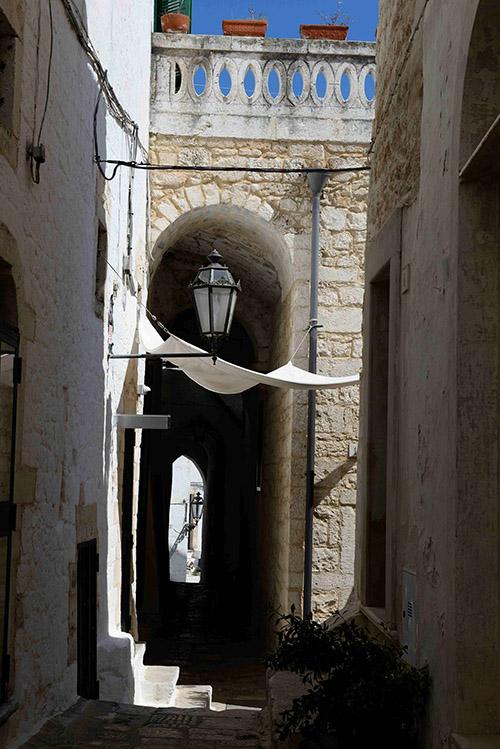 Protégées du soleil brûlant en été, les ruelles d'Ostuni hésitent entre charme médiéval et dédale à l'orientale.