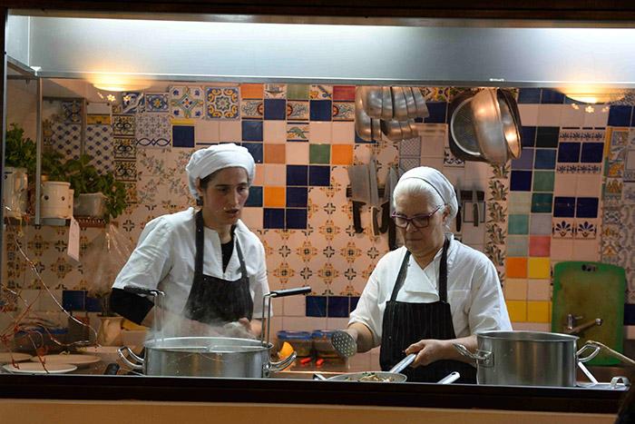 """À Lyon, ce sont les """"mères"""" qui ont fait la renommée des tables locales. Dans les Pouilles, c'est la """"mamma"""" qui transmet sa générosité derrière les fourneaux de sa trattoria. Ici, l'Osteria Monacelle à Ostuni."""
