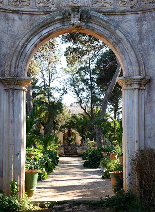 Comme d'autres, la masseria Brusca possède sa propre église. Mais elle se distingue aussi par son jardin clos, l'un des plus beaux d'Italie.