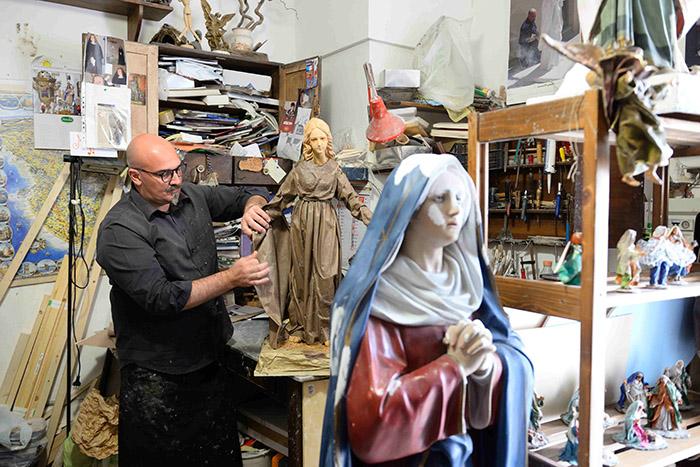 """Dans le centre de Lecce, de nombreux artisans se consacrent à une spécialité de la ville, la statuaire en papier """"écrasé""""."""
