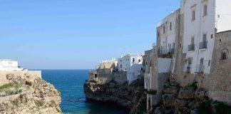 Sur son promontoire rocheux rongé par les vagues, Polignano a Mare s'organise autour de maisons toutes blanches accrochées aux falaises. Dans un paysage découpé entre criques, plages et eaux cristalines, c'est une des stations balnéaires parmi les plus plaisantes de la côte Adriatique.