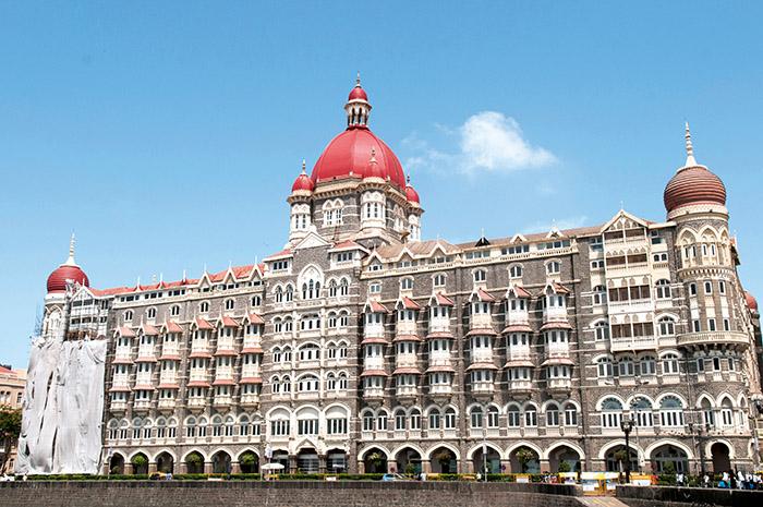 Presque aussi célèbre que le mausolée éponyme, le Taj Mahal Palace est reconnaissable entre tous avec son dôme rouge d'inspiration florentine.