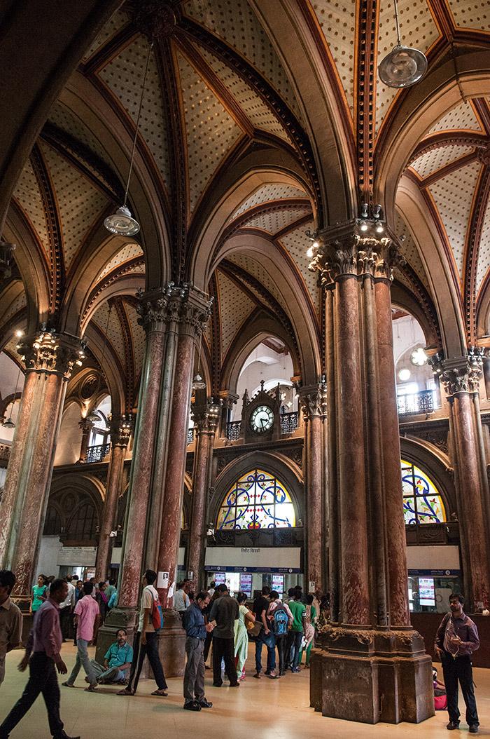 Elle pourrait s'appeler la Sainte-Chapelle ferroviaire ou Notre-Dame des Trains. Avec ses flèches gothiques, ses imposantes colonnes corinthiennes, mais aussi ses influences mogholes, la gare Chhatrapati Shivaji de Bombay, anciennement Victoria, est une folie architecturale de la fin du XIXe siècle, classée à ce titre à l'Unesco.