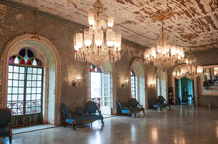 De haute lignée, la Casa Menezes Bragança, construite au XVIIe siècle, n'a rien à envier aux plus beaux palais du Portugal. Une opulence aristocratique qui témoigne de la richesse de Goa, carrefour commercial dont on dit qu'il fut plus riche encore que Venise.