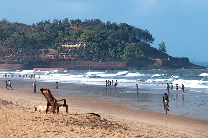 Elles ont fait les délices des hippies, ces plages qui s'étendent sur des kilomètres au nord comme au sud de la capitale de l'État de Goa. Elles sont toujours aussi agréables, même si on s'y baigne aujourd'hui un peu plus habillé qu'autrefois… Ici, celle de Candolim.