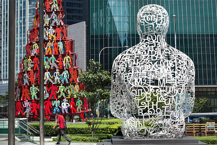 Mêlant lettres et idéogrammes, L'âme de Singapour, œuvre du sculpteur Jaume Plensa, illustre la diversité de la cité-État et ses composantes à la fois anglaise, malaise, chinoise et tamoul. © Ludovic Maisant