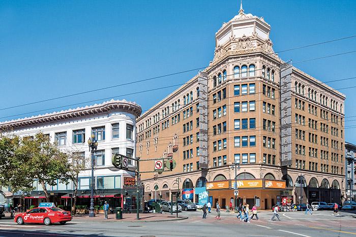 Au coin de Market Street et de Golden Gate Avenue.