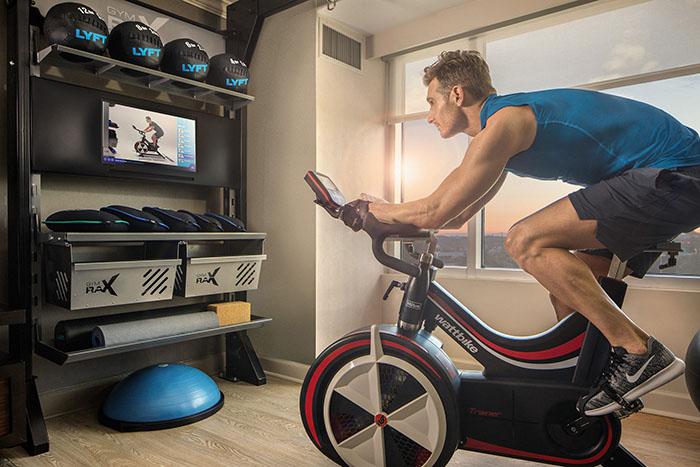 Hilton a présenté son nouveau concept de chambre Five Feet to Fitness, suréquipée en matière d'équipements sportifs dernier cri.  © Hilton