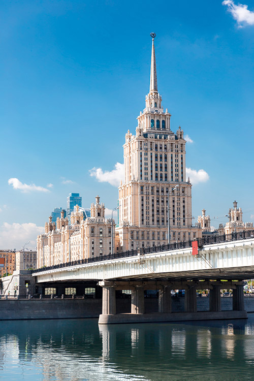 """L'Hôtel Ukraine, une des """"sept sœurs"""", gratte-ciel inspirés du New York des années 30 et érigés  à l'initiative de Staline au cœur de Moscou,  a conservé sa fonction. Après rénovation, l'immeuble héberge  le Radisson Royal."""