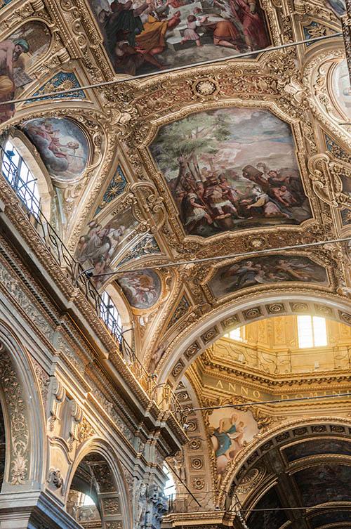 L'église Santa Maria delle Vigne de Gênes, tout en marbre et stucs dorés.