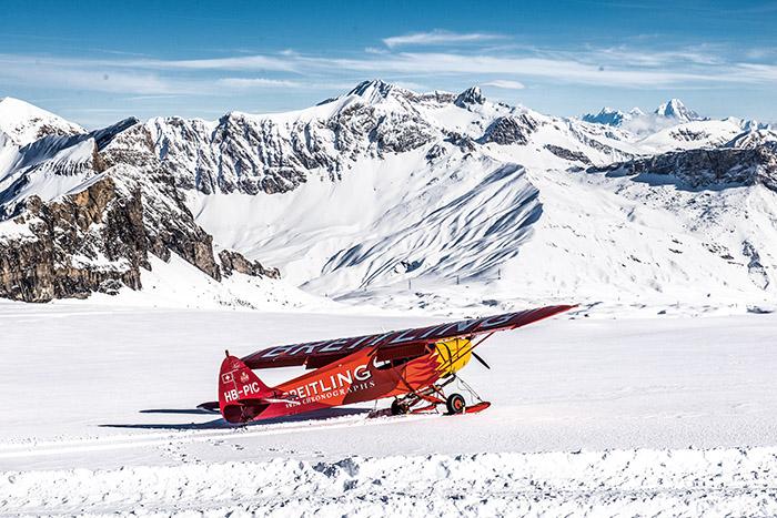 Se posant dans la poudreuse immaculée, un avion des neiges conduit ses clients fortunés à l'assaut des pistes.