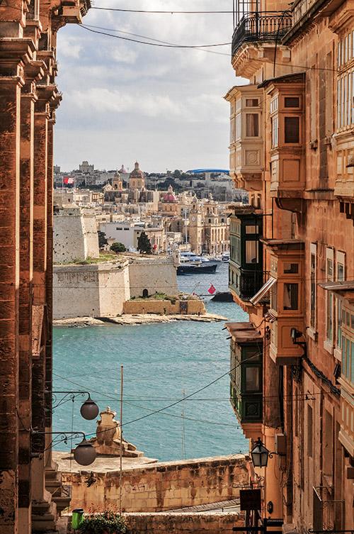 Bâtie sur une étroite péninsule entourée par la mer, La Valette offre un ensemble urbain pratiquement inchangé depuis le XVIIe siècle, concentrant sur une surface infime 320 monuments classés.