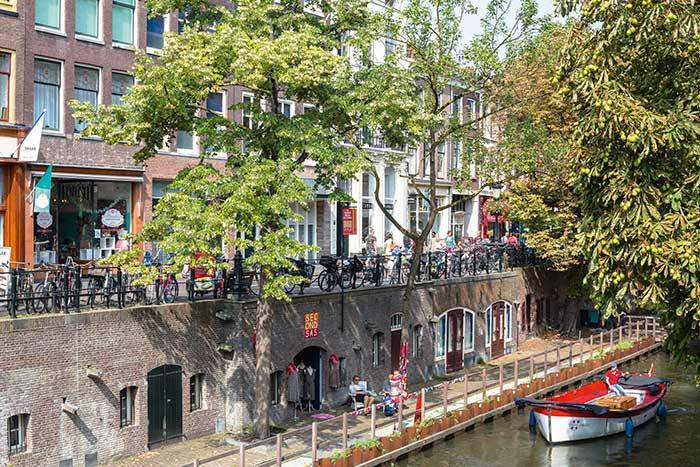 Sillonnée par presque autant de canaux qu'Amsterdam sa voisine, douce à vivre, Utrecht compte sur la force de la jeunesse depuis 1634, avec son université prestigieuse qui fait d'elle la tête pensante de Ranstad