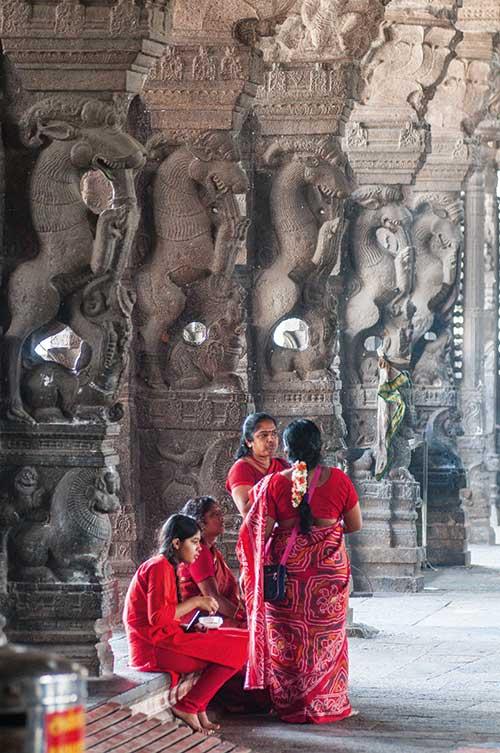 """À Kanchipuram, une salle """"aux mille colonnes"""" richement décorées marque l'entrée du temple Ekambareshvara."""