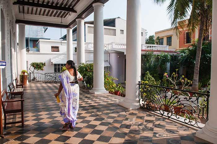 Présentes à Pondichéry depuis 1827, les s?urs de St Joseph de Cluny ont créé un atelier de broderie dans une maison coloniale construite en 1772, l'hôtel Lagrenée de Mézières.
