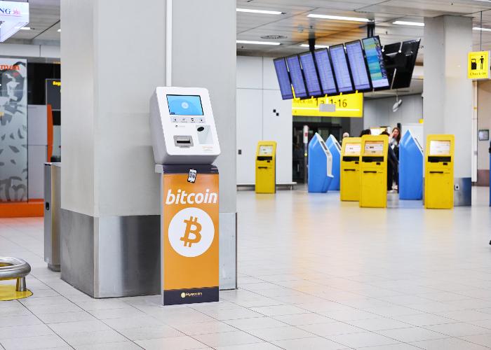 L'aéroport de Schiphol, à Amsterdam, dispose depuis le 20 juin d'un distributeur de Bitcoin et d'Ethereum. Cet appareil permet de convertir des euros en crypto-monnaies.