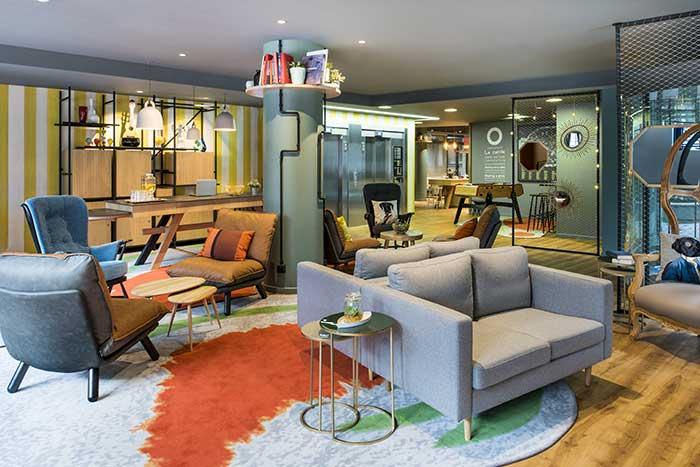 Avec son nouveau concept Le Cercle, Adagio Aparthotels met de la vie dans ses lobbys, repensés pour recevoir les clients de façon décontractée (en photo, l'Adagio Paris Bercy). © Adagio Aparthotels