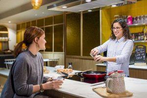 Discuter business ou de tout et de rien en préparant une omelette : grâce à sa cuisine partagée, les résidences Adagio favorisent les échanges. © Adagio Aparthotels