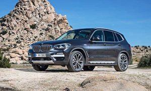 Nouvelle BMW X3 : Renouvelé, ce SUV de taille moyenne inclut les dernières technologies de BMW. Sa commande gestuelle permet de prendre un appel en passant la main devant l'écran de bord, où s'affichent les fonctionnalités de Microsoft Office 365 à travers une option par abonnement quasi unique dans le monde automobile. © BMW