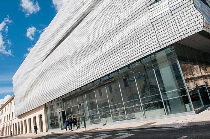 Les milliers de lames de verre qui recouvrent, telle une toge plissée, la façade du musée de la romanité rappellent la mosaïque de Penthée, retrouvée en 2006 et sans doute l'une des plus belles pièces de la collection parmi les 5 000 présentées au public. ©Photos Alain Parinet