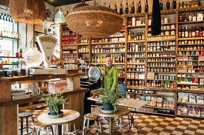 Épiceries historiques comme la maison Janicot à Sète (en photo), halles débordant de spécialités locales : l'Occitanie est aussi une escapade gourmande. ©Photos Alain Parinet