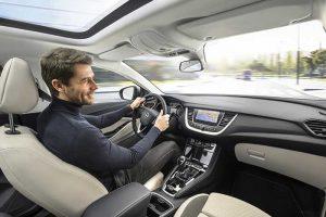 Opel Grandland X : Le SUV Opel intègre des solutions high-tech, à savoir une connectivité intégrée (3 mois gratuits), une option Pass Wi-Fi Internet in the Car de SFR (120 e pour 1 an/50 Go), le service de conciergerie OnStar, un système de recharge des smartphones par induction et la compatibilité avec tous les OS. © Opel