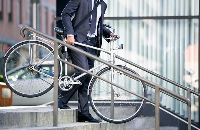 La promotion des modes de transports doux fait partie des objectifs de la loi obligeant les sociétés de plus de 100 salariés à mettre en place des plans de déplacements d'entreprise. © Lucky Business/shutterstock