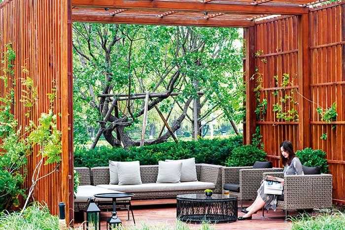 Avec ses jardins pensés par le paysagiste Enzo Enea, le Bvlgari Hotel se décrit comme un resort urbain, niché dans le quartier des ambassades.