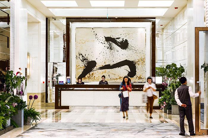 Le Four Seasons, en plus d'œuvres originales réalisées pour l'hôtel à l'image de calligraphies de l'artiste Qin Feng, a développé un programme d'artistes en résidence afin de promouvoir les jeunes talents locaux.