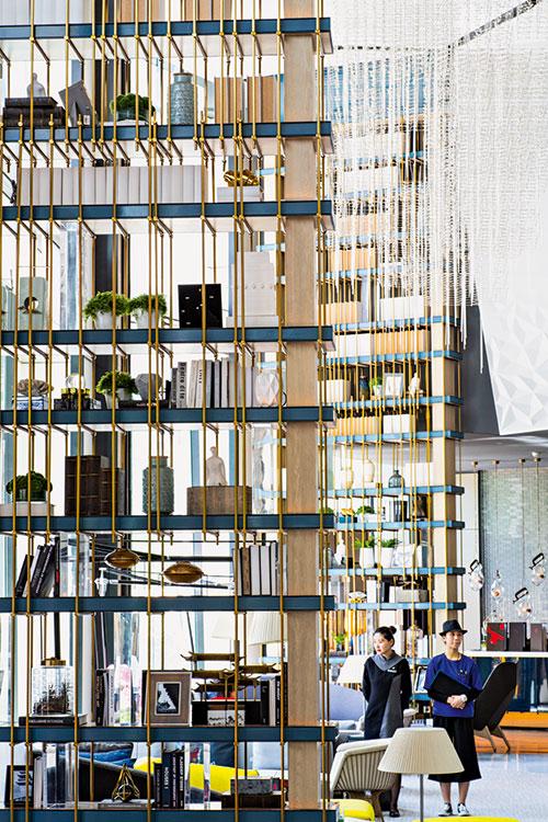 Idéalement situé dans une tour surplombant l'effervescence de Sanlitun, l'InterContinental accueille voyageurs d'affaires et clientèle locale dans un immense lobby aux allures de living room. Avec son atmosphère contemporaine, l'hôtel apporte une touche sophistiquée, à l'unisson dans ce quartier fashion.