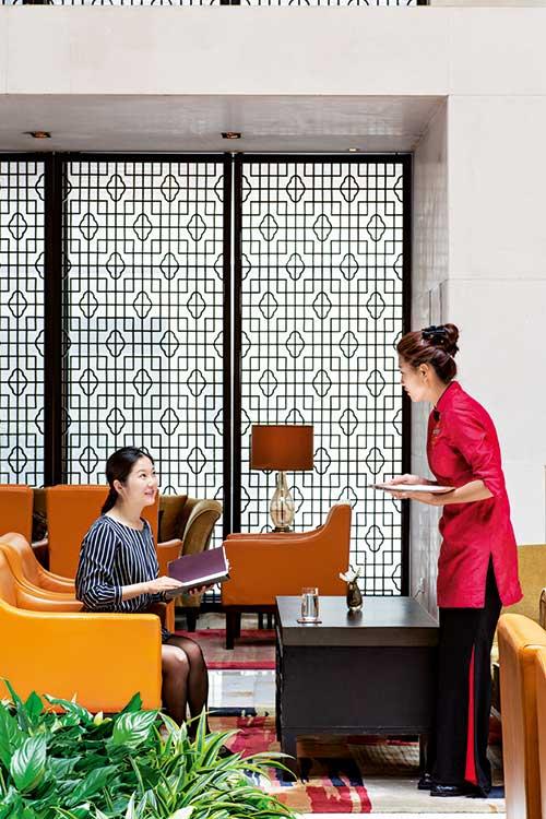 Le Ritz-Carlton organise la rencontre du luxe à l'Américaine et de la culture chinoise.