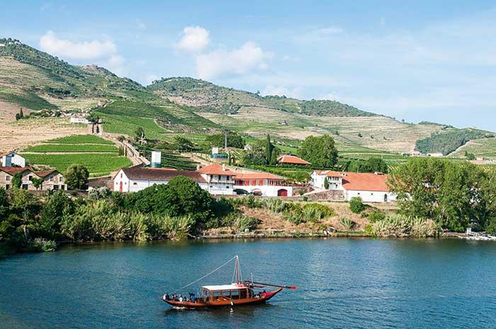 Portées par le courant du Douro, les barcos rabelos ont servi pendant des siècles à convoyer les fûts de vin jusqu'à Porto. Dans les années 60, de nouvelles routes et l'utilisation de la force du fleuve pour produire de l'électricité ont fait que ces barques traditionnelles à fond plat se sont progressivement reconverties dans le tourisme.