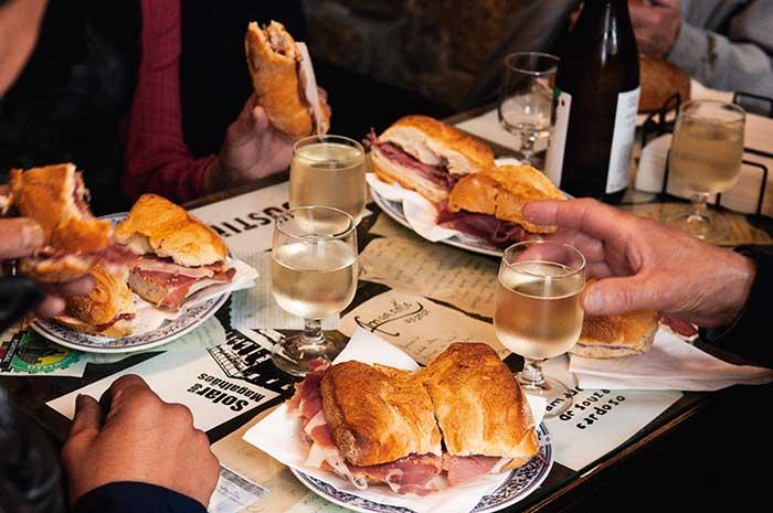 En milieu de matinée, les cafés de village servent de copieux en-cas agrémenté de vinho verde avec, partout, une infinie gentillesse.