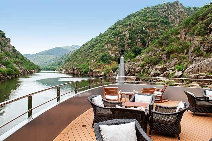 Entre collines couvertes de vignes et rochers acérés, les croisières sillonnent le Douro sur un rythme doux.