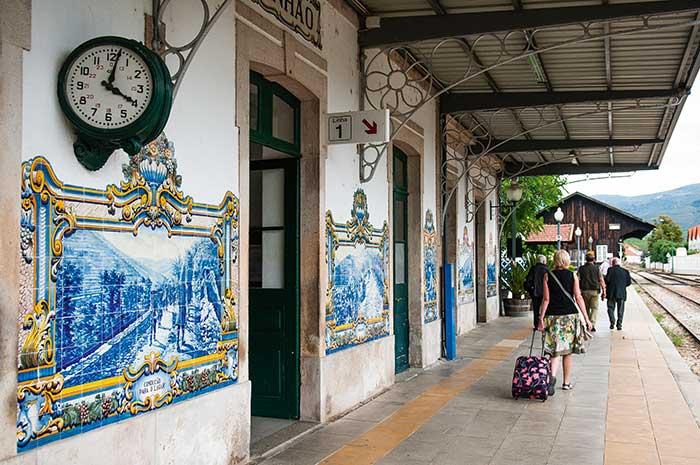 Vignes en terrasse, vendanges, transport du vin sur le fleuve, paysages et costumes typiques : la gare de Pinhao est couverte de 24 panneaux d'azulejos qui racontent, à la façon des cartes postales d'antan, le quotidien de la vallée du Douro. Un rude labeur donnant naissance à un vin reconnu dans le monde entier.
