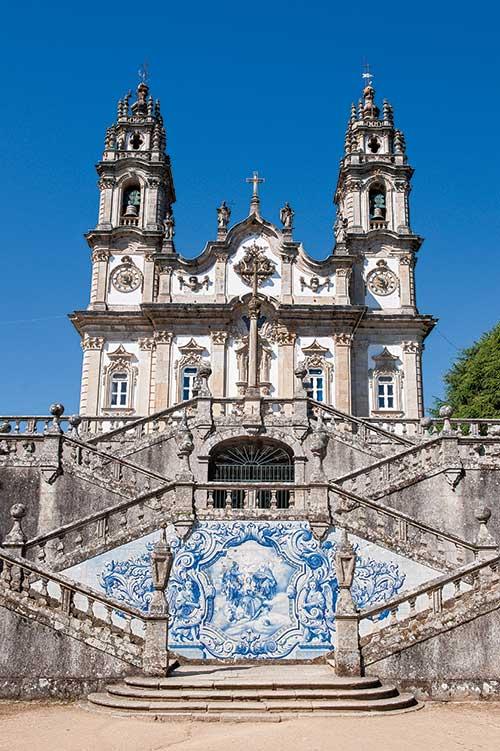 Édifié au XVIIIe siècle, le sanctuaire Nossa Senhora dis Remedios, célèbre pour son escalier monumental à double rampe est constitué de 600 marches ponctuées de paliers décorés d'azulejos ou agrémentés de fontaines.