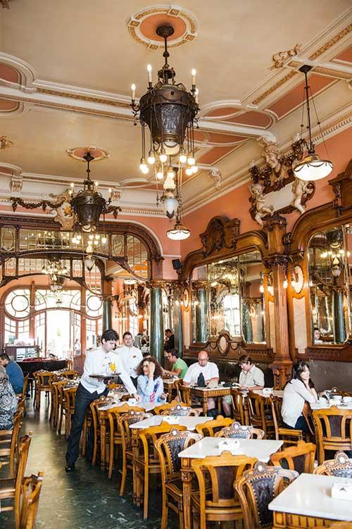 Le Majestic, un café Art nouveau qui décrit par son décor tout en stucs et boiseries la richesse de Porto.