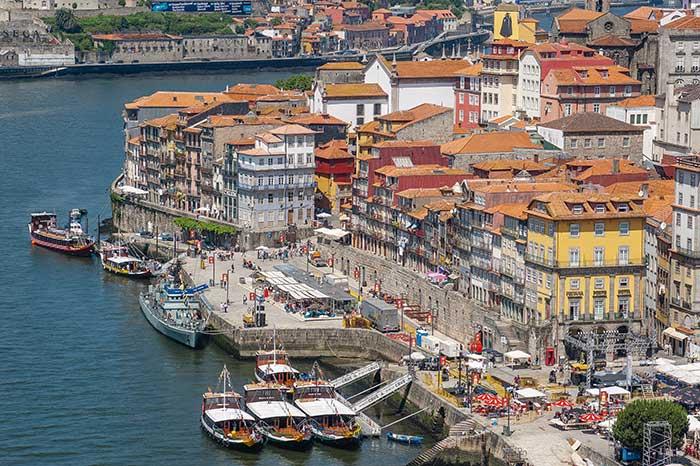 À Porto, le quartier de la Ribeira, joliment populaire avec ses ruelles tortueuses et colorées dégringolant jusqu'au bord du Douro.
