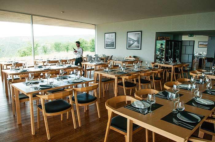 Après une plongée dans la préhistoire, le restaurant du musée de Coa offre une halte contemporaine.