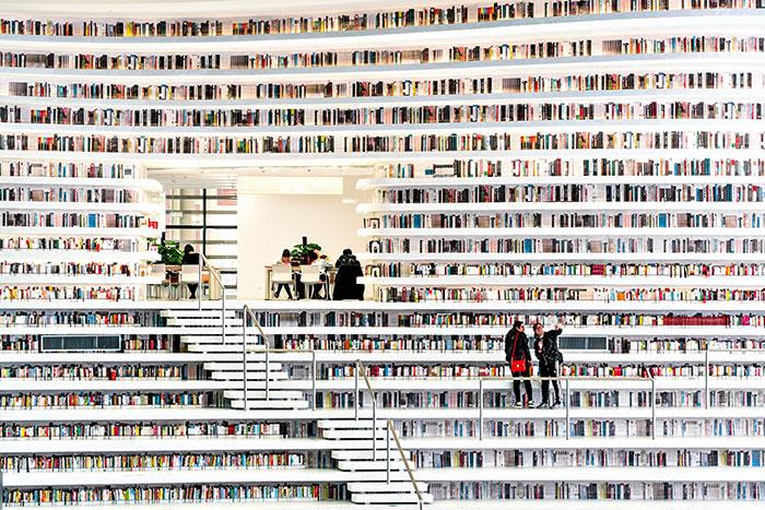 Phare architectural de la nouvelle zone de Binhai, la bibliothèque conçue par le cabinet MVRDV surprend par ses lignes inventives et… son art du trompe-l'œil. Sur les 1,3 million d'ouvrages attendus, seuls 200 000 sont déjà présents sur les étagères. © Ossip van Duivenbode