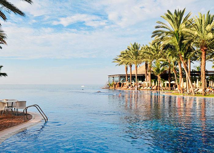 Une piscine sans fin qui semble plonger dans l'océan, un jardin tropical foisonnant de palmiers : les plages de Gran Canaria sont bordées de resorts luxueux comme le Lopesan Costa Meloneras qui accompagnent le virage contemporain de la destination.
