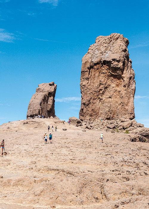 Accroché entre ciel et terre, vénéré par les Guanches, le Roque de Nublo semble questionner l'infini de sa haute stature monolithique.