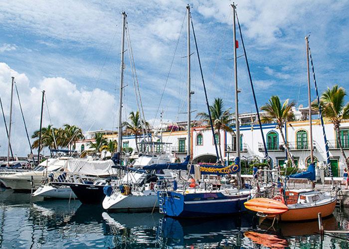 Dans le petit port de Mogan, c'est un peu comme si la douceur de vivre méditerranéenne s'était installée sous le soleil éternel des tropiques : des bougainvilliers à foison, des maisons blanches, des barques de pêcheurs côtoyant des bateaux de plaisance et une foule de cafés décontractés alignés le long des quais.