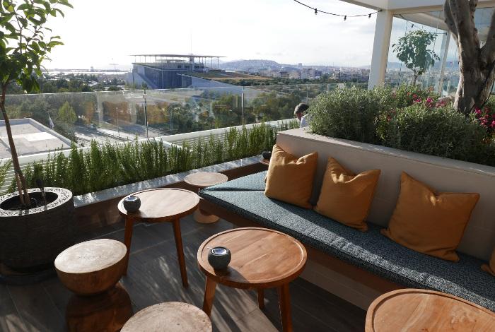 Le bar restaurant du Marriott Athènes offre une vue imprenable sur la fondation