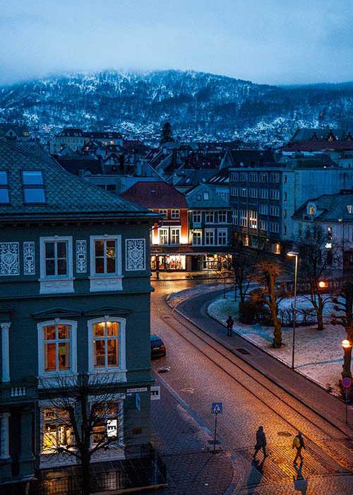 Embrumée, douchée par un crachin quasi quotidien, Bergen dégage un charme indéfinissable quand la nuit couvre ses intérieurs chaleureux de son obscurité.