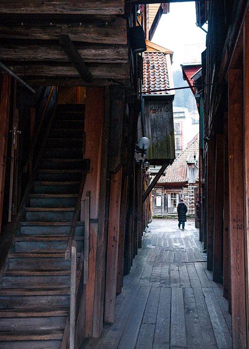 …reconstruisant ses structures en bois à l'identique, selon les méthodes traditionnelles.