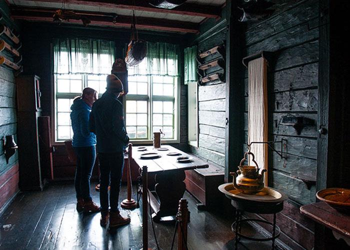 Hébergé dans une demeure datant de 1704, une des rares à avoir conservé son décor d'origine, le musée hanséatique montre la vie laborieuse et austère des marchands allemands qui ont dominé la ville au Moyen-Âge. La Ligue hanséatique avait fait de Bryggen son point d'attache, une ville dans la ville, un vrai quartier d'affaires où ces hommes venus de Lübeck, de Brême ou de Hambourg organisaient entre eux leur hégé-monie commerciale.