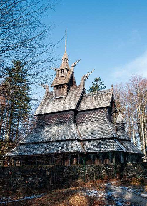 Dans les environs de Bergen, l'église en bois debout de Fantoft, copie fidèle de l'ancien édifice détruit par le feu en 1992